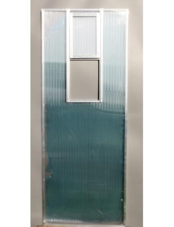 Okno wylotowe wbudowane do ściany z poliwęglanu